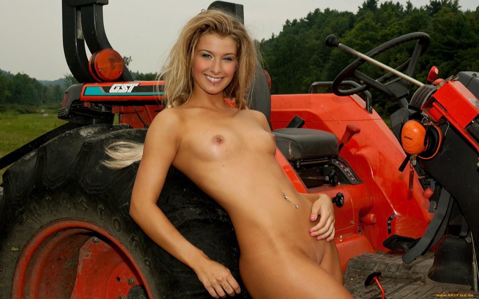 golie-devushki-na-traktorah